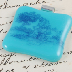 fused glass pendant-old fashioned lovers