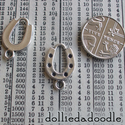 10 silver coloured horseshoe charms