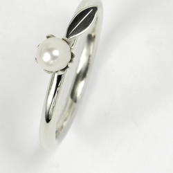 Flower leaf pearl ring - polished eco-silver with white freshwater pearl