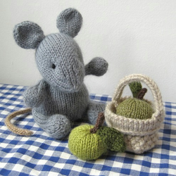 Putney Mouse with picnic basket and apples Knitting Pattern PDF