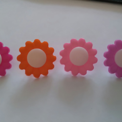 6 large daisy shaped buttons